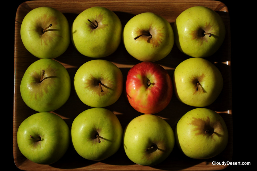 12 apples in a tray
